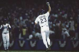 10-15-88 Gibson rounding the bases