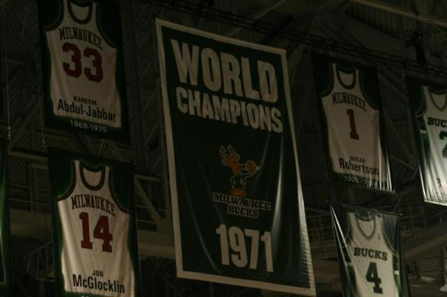 107_1971_NBA_Champions_Milwaukee_Bucks_Banner[1]